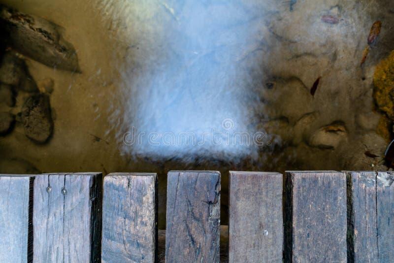 Noch Wasser im Strom und in der Holzbrücke lizenzfreie stockfotografie