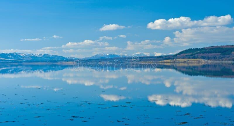 Noch Wasser mit starken Reflexionen. lizenzfreies stockfoto