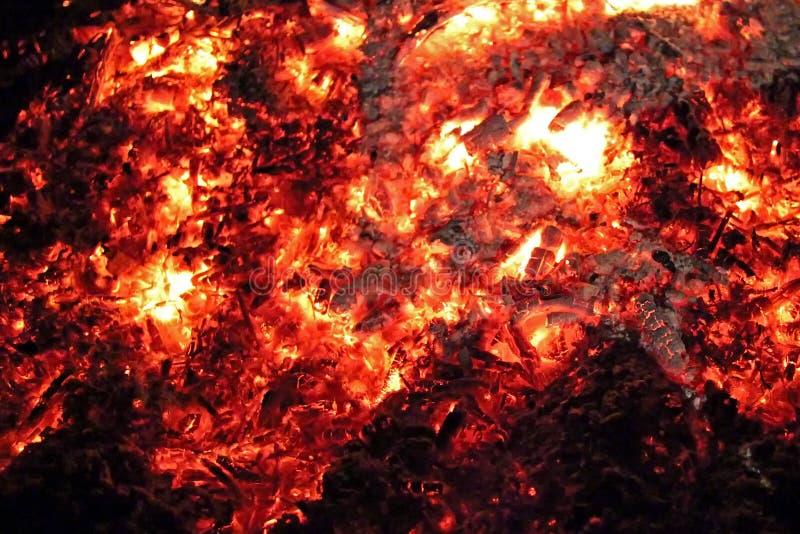 Noche anaranjada de los carbones calientes del fuego que brilla intensamente imagenes de archivo