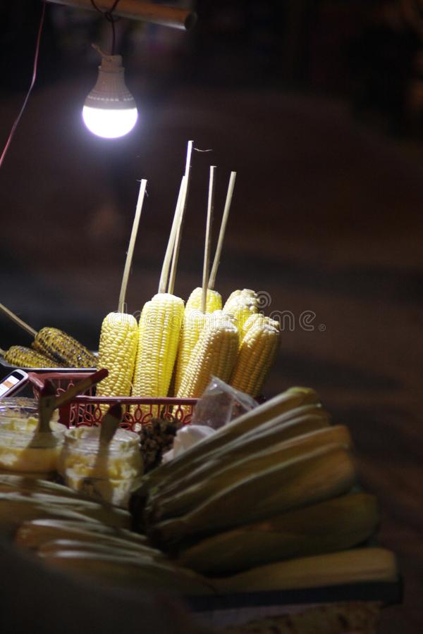 noche asada del maíz en el purwokerto fotografía de archivo