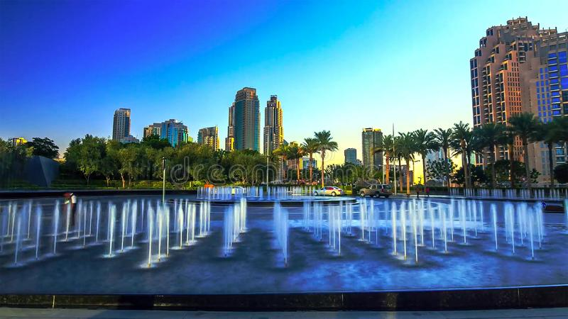 Noche céntrica de Dubai al timelapse de la transición del día con los rascacielos, la alameda y el tráfico modernos en el camino  fotos de archivo libres de regalías
