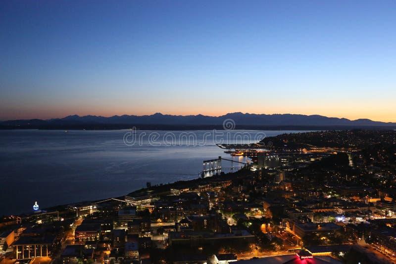 Noche céntrica de Seattle, lanzamiento de la aguja del espacio imagenes de archivo