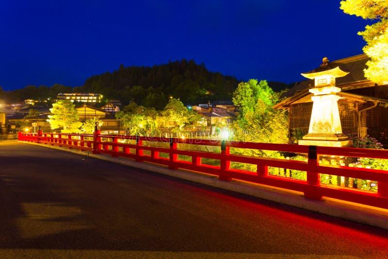 Noche cercana encendida de Takayama del puente de Naka-Bashi fotos de archivo
