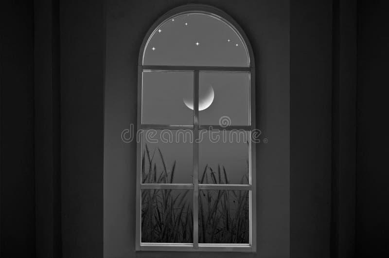 Noche creciente en las ventanas imagen de archivo libre de regalías
