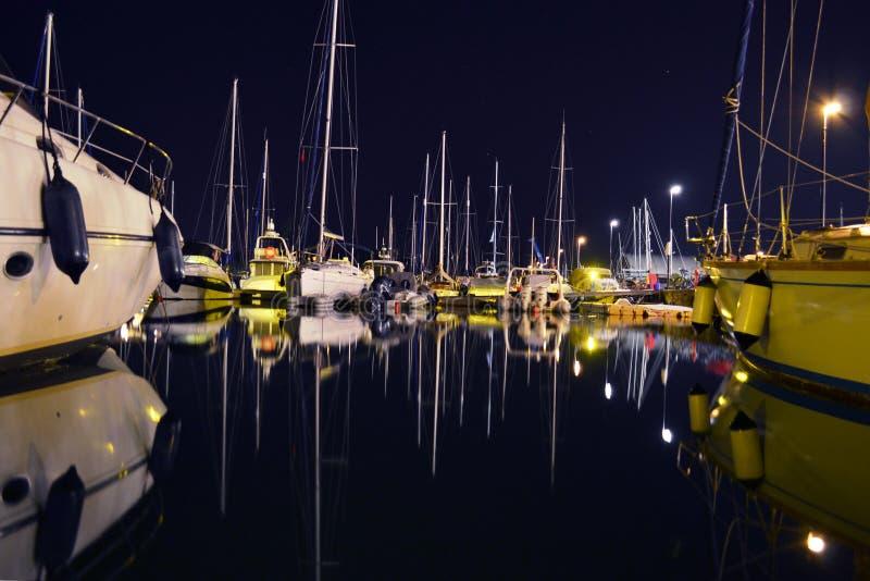 Noche de calma dentro del puerto deportivo de Gouvia en la isla de Corfú imagen de archivo
