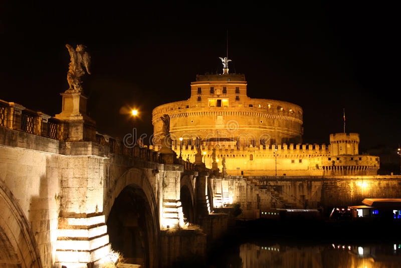 Noche de Castel Sant Ángel en Roma, Italia imagen de archivo