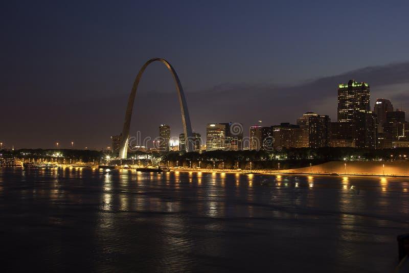 Noche de desatención del río Misisipi del St Louis Skyline del arco de la entrada foto de archivo