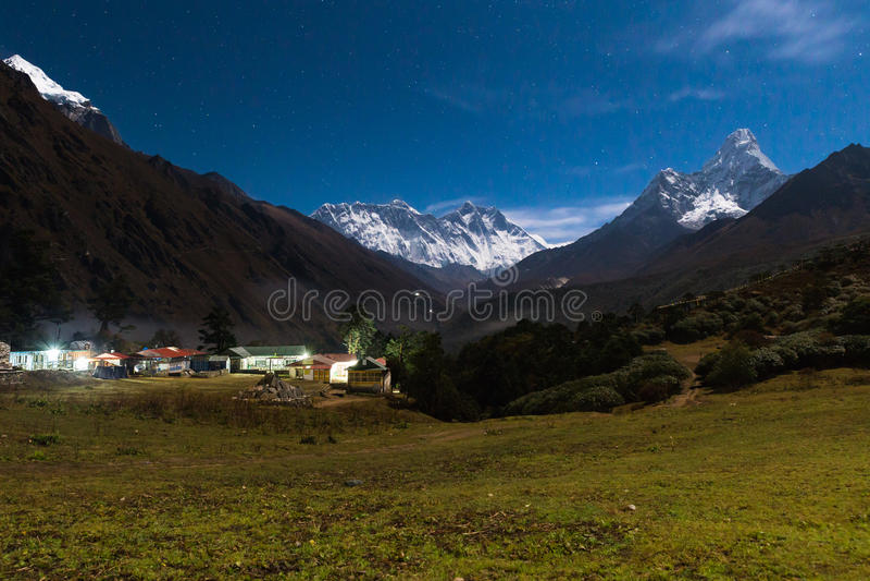 Noche de Everest Ama Dablam Nuptse Lhotse de los picos de montaña nepal fotos de archivo
