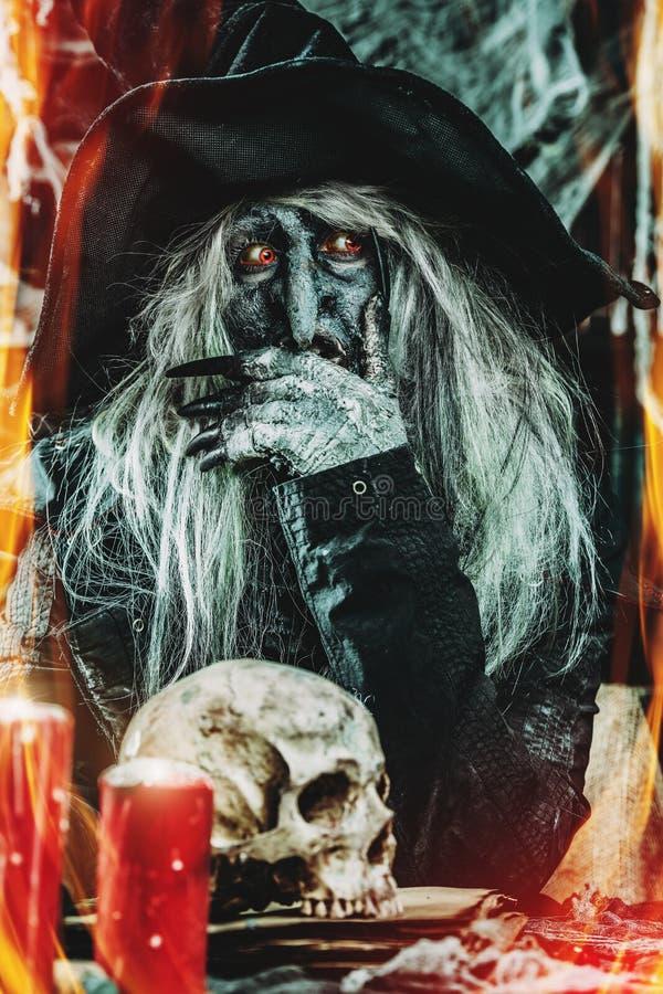 Noche de Halloween de la bruja foto de archivo