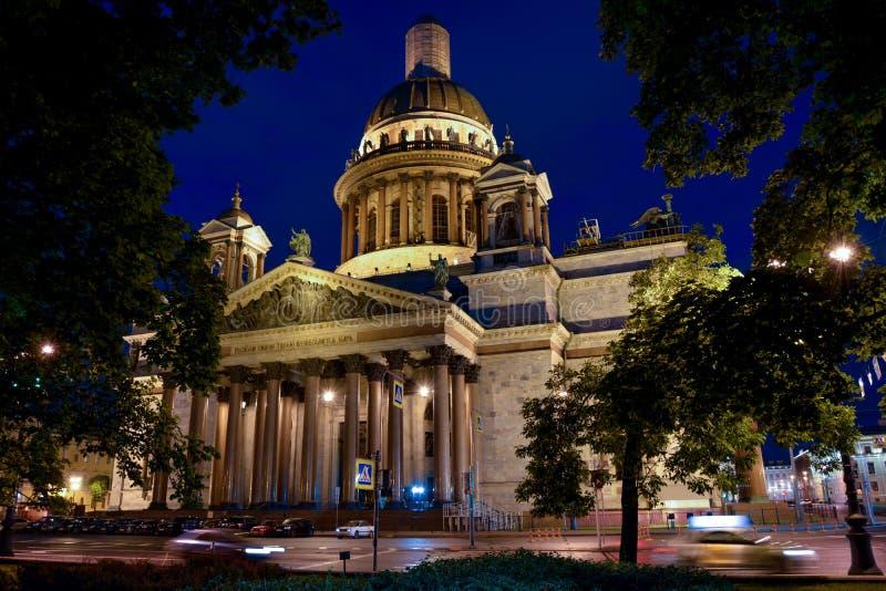 Noche de la catedral del St Isaac de Rusia St Petersburg imagenes de archivo