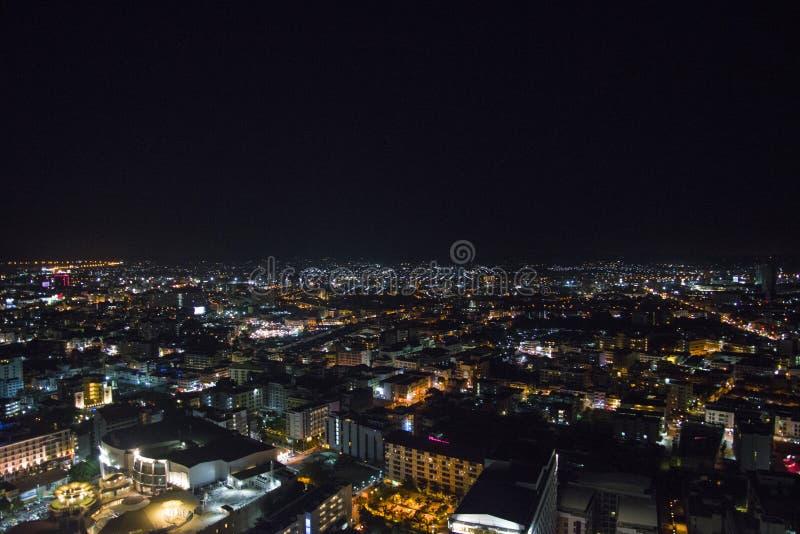Noche de la ciudad de Pattaya de la altura del vuelo del pájaro fotografía de archivo