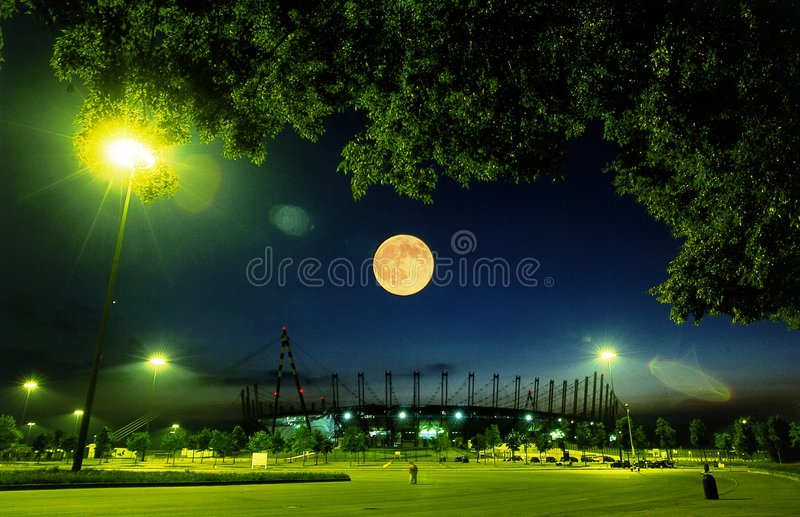 Noche de la luna del estadio imagenes de archivo