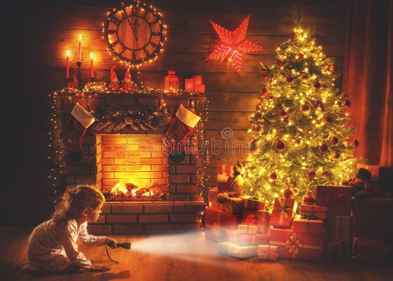 Noche de la Navidad bebé con una linterna en la noche que mira a las FO fotografía de archivo libre de regalías