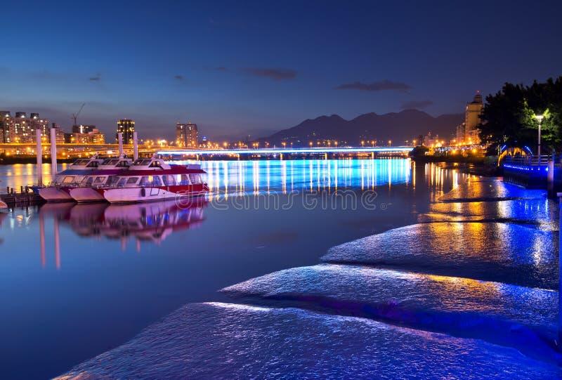 Noche de la orilla de la ciudad de Taipei imagen de archivo libre de regalías