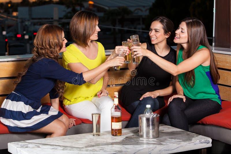 Noche de las muchachas hacia fuera imagen de archivo