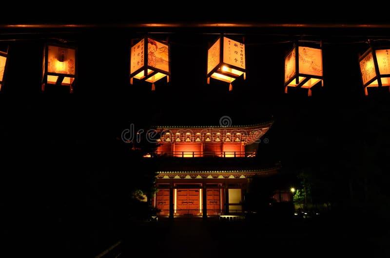 Noche de linternas votivas en el templo japonés, Kyoto Japón fotos de archivo libres de regalías