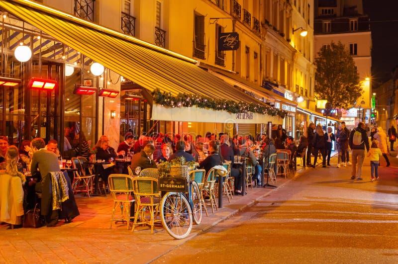 Noche de París del restaurante de la calle de la gente fotos de archivo libres de regalías