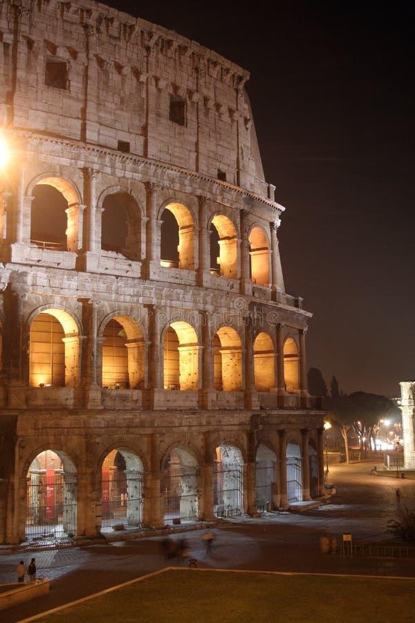 Noche del coliseo (Colosseo - Roma - Italia) imagenes de archivo