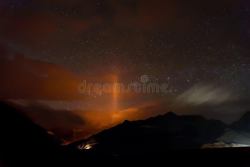 Noche del contraluz de las montañas de las estrellas del camino imagen de archivo libre de regalías