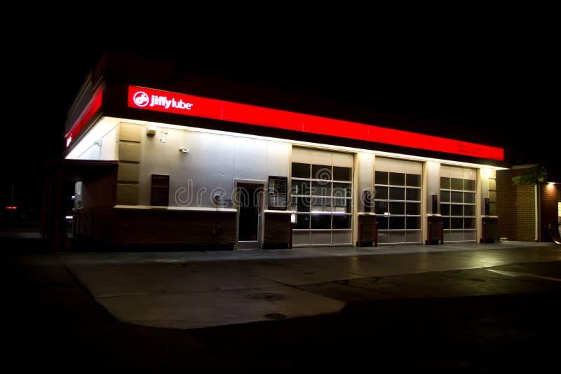 Noche del edificio de Jiffy Lube @ fotos de archivo libres de regalías