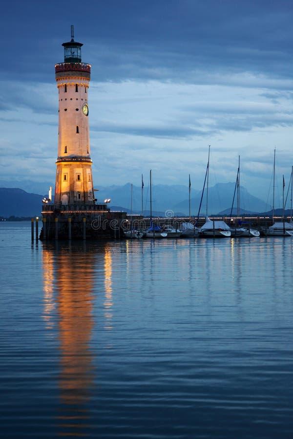 Noche del faro del puerto imagen de archivo