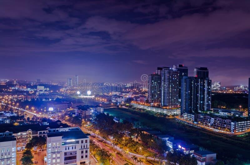 Noche del horizonte de la ciudad, calle iluminada, horas de la noche, cielo urbano crepuscular foto de archivo libre de regalías