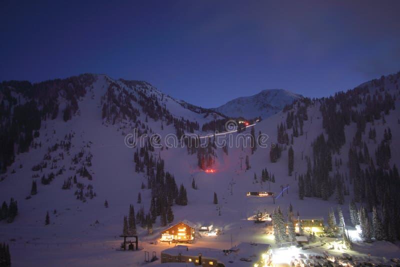 Noche del horizonte de la ciudad de la estación de esquí imagen de archivo libre de regalías