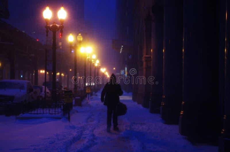 Noche del invierno de los hombres que camina fotografía de archivo