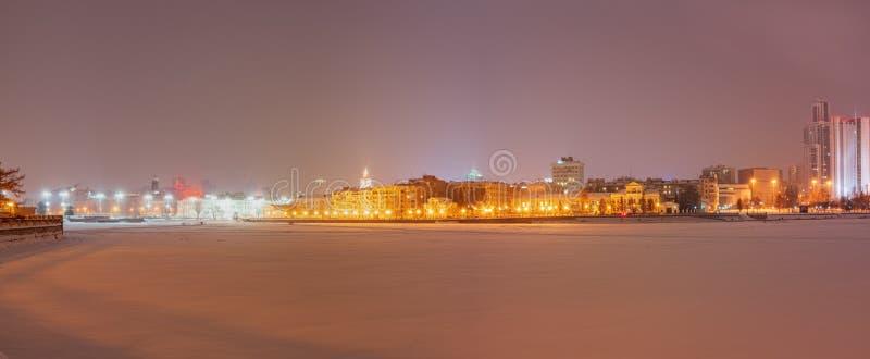 Noche del invierno en los bancos de la charca en el centro de ciudad fotos de archivo