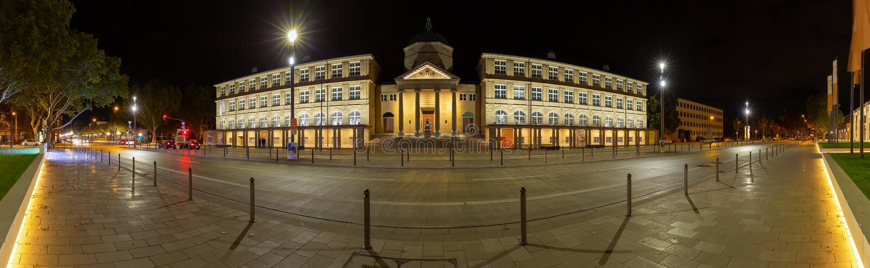 Noche del panorama tirada del museo Wiesbaden Alemania fotografía de archivo