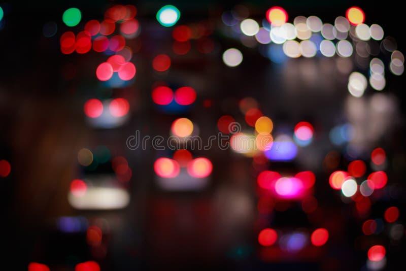 Noche del tráfico borrosa y bokeh de las luces del coche en backgroun de la hora punta fotografía de archivo libre de regalías
