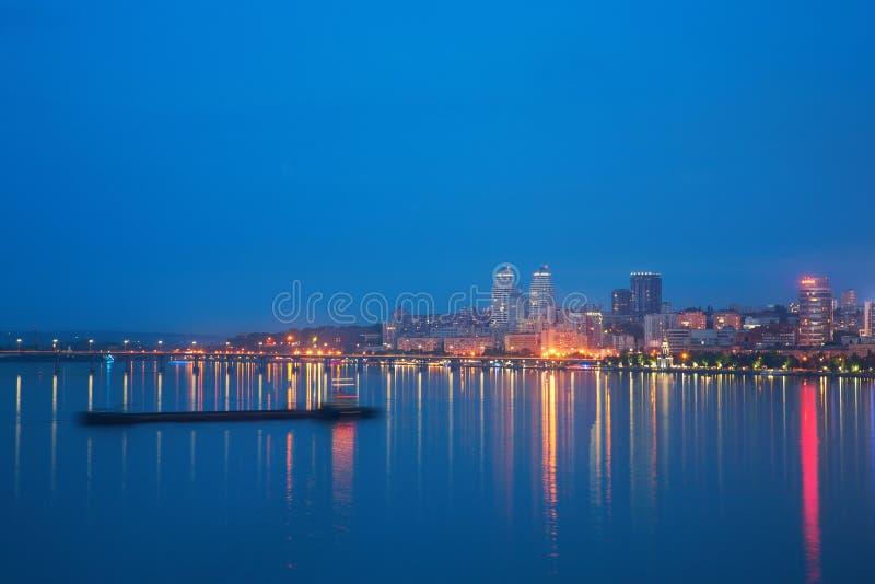 Noche Dnepropetrovsk y río de Dnieper imagen de archivo