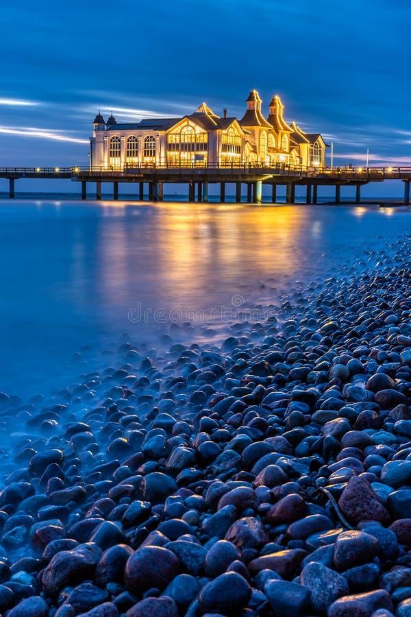 Noche en el embarcadero hermoso del mar de Sellin foto de archivo libre de regalías