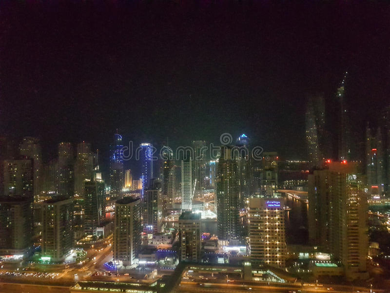 Noche en el puerto deportivo de Dubai en los UAE foto de archivo