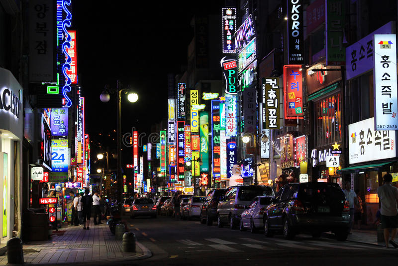 Noche en la calle de las compras de Corea Busán imágenes de archivo libres de regalías