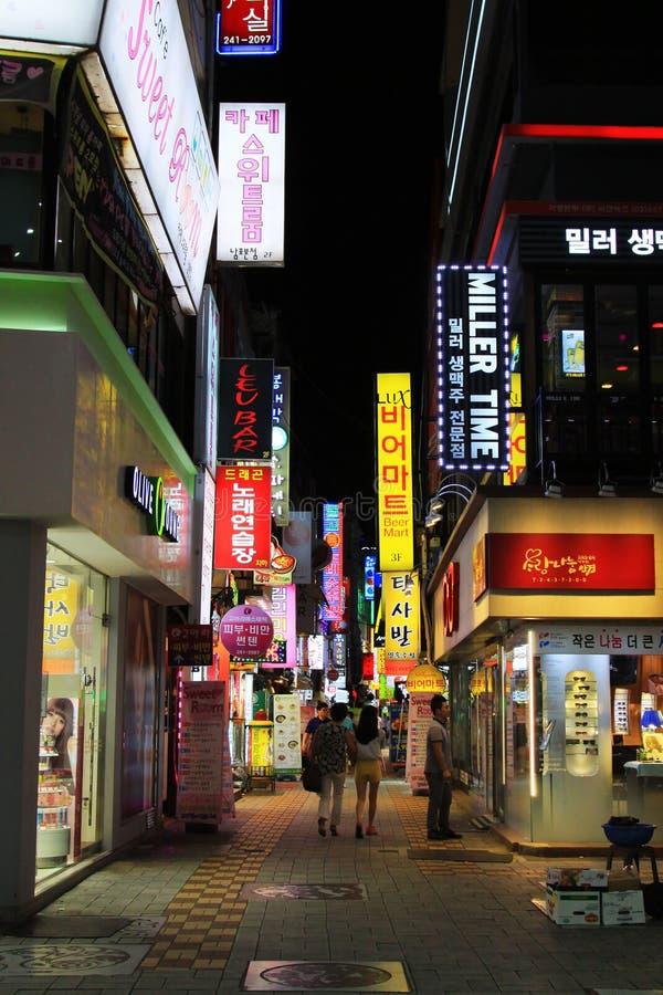 Noche en la calle de las compras de Corea Busán foto de archivo libre de regalías