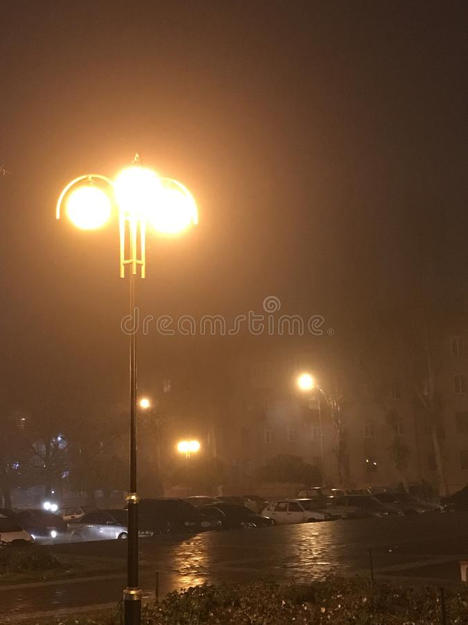 noche en la niebla fotos de archivo