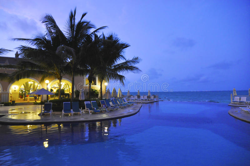 Noche en la piscina en Cancun México fotografía de archivo