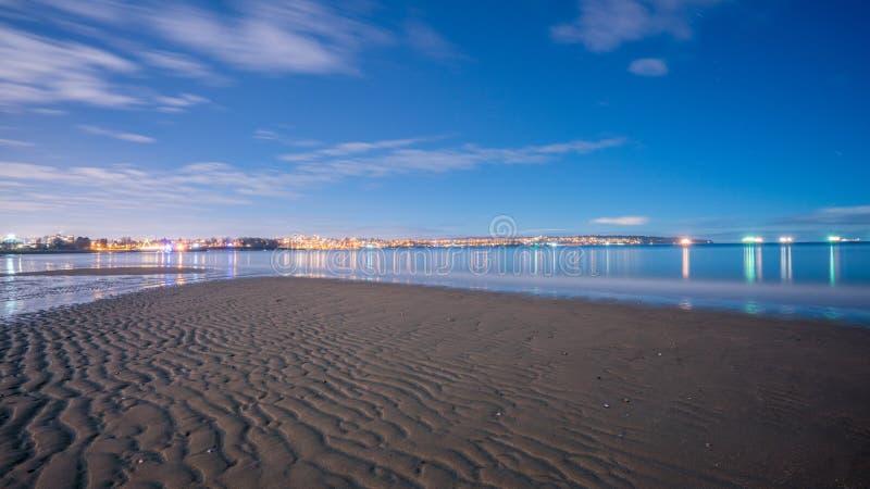 Download Noche en la playa foto de archivo. Imagen de marea, océano - 64206946