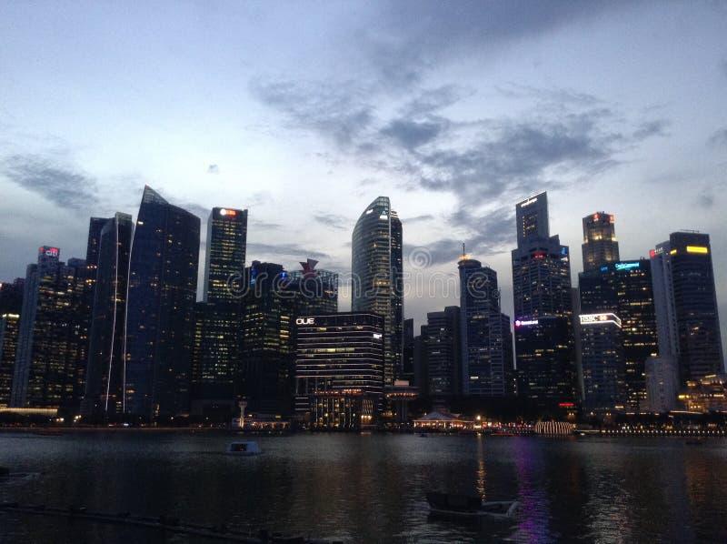 Noche en Singapur imagen de archivo