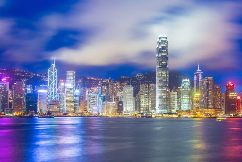 Noche en Victoria Harbor en horizonte de la ciudad de Hong Kong foto de archivo