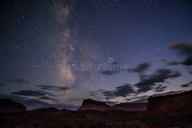Noche estrellada brillante con una vía láctea sobre el barranco foto de archivo libre de regalías