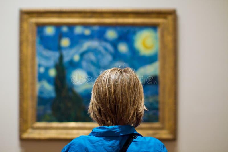 Noche estrellada en el MoMA y un chico contemplativo fotos de archivo