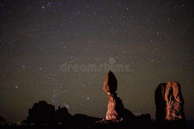 Noche estrellada en la roca equilibrada del parque nacional de los arcos imagen de archivo