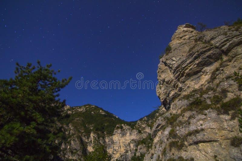 Noche estrellada sobre las montañas imágenes de archivo libres de regalías