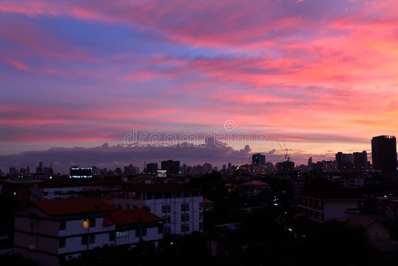 Noche hermosa con el cielo, paisaje de la textura de la puesta del sol del edificio de la ciudad para el fondo imagen de archivo libre de regalías