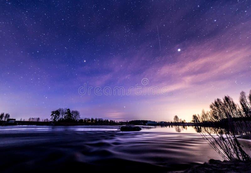 Noche hermosa de la primavera en el riverbank imagenes de archivo