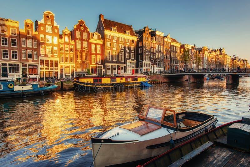 Noche hermosa en Amsterdam iluminación imagen de archivo libre de regalías
