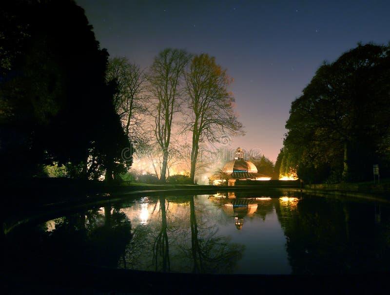 Noche iluminada bien de Harrogate de los jardines del valle de la charca del café y del canotaje de la magnesia foto de archivo