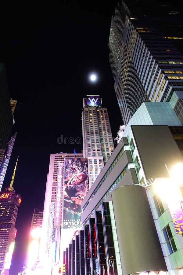 Noche iluminada por la luna en el 42.o St imagen de archivo